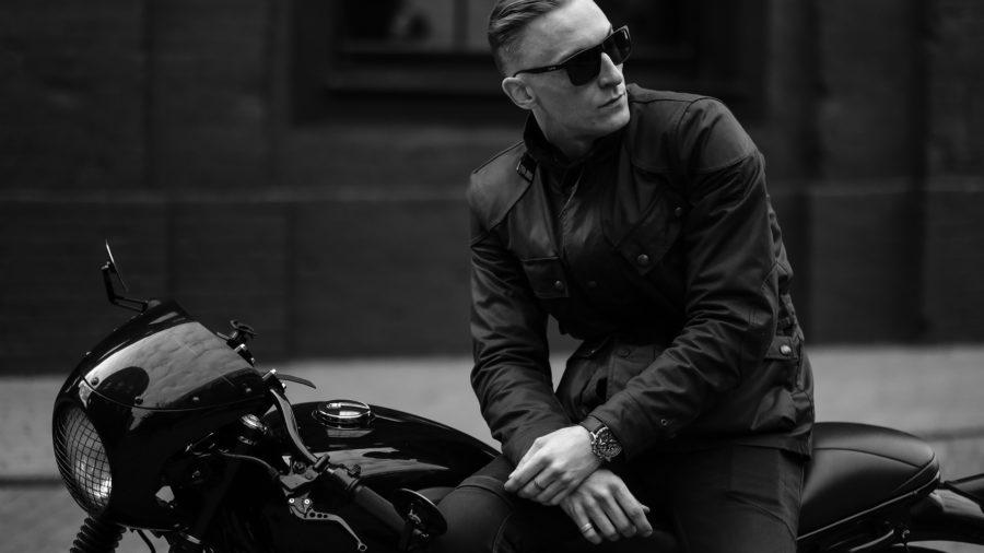 парень на классическом мотоцикле triumph