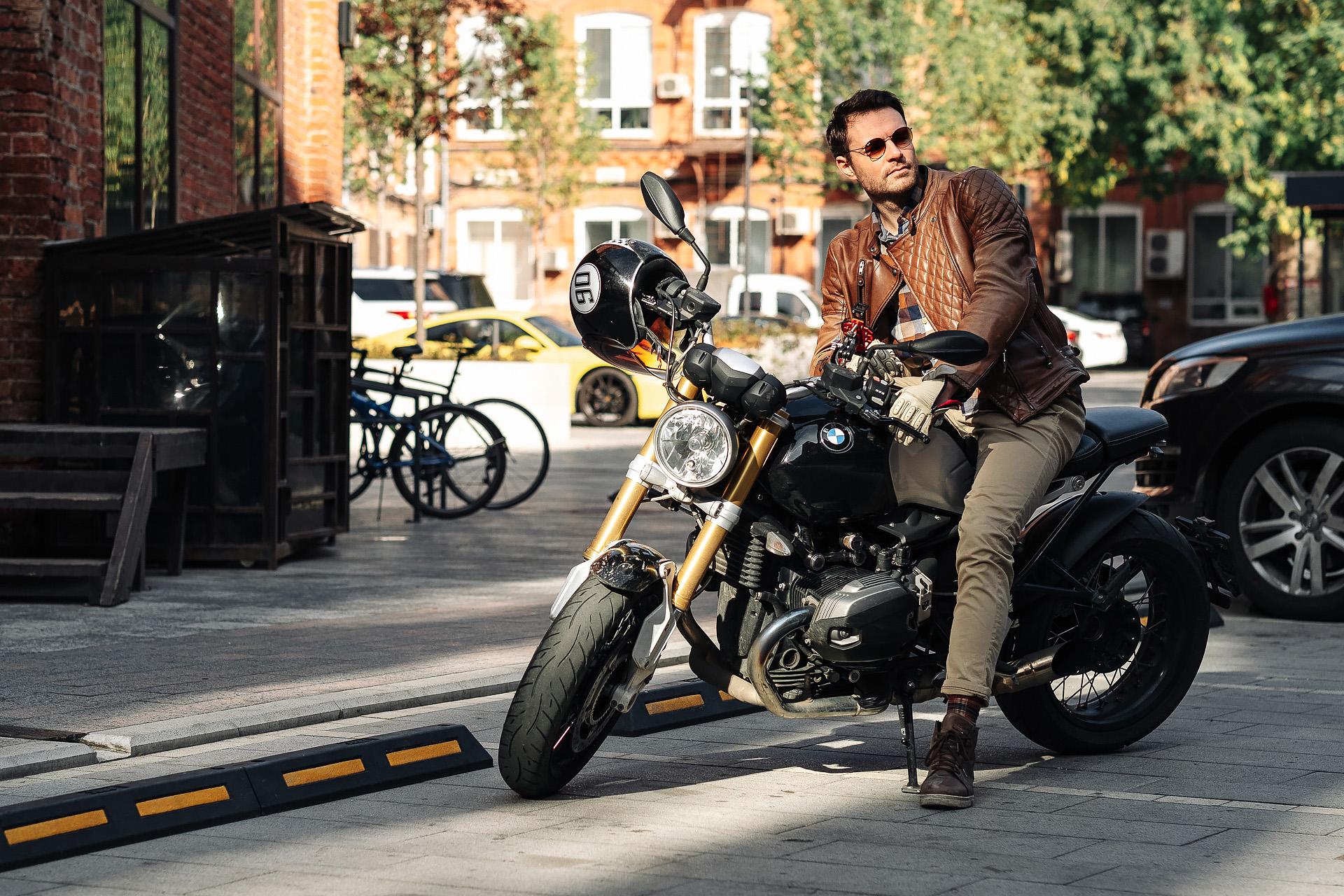Актер Евгений Пронин на мотоцикле BMW R9T